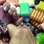 Медленное разрезание мыла помогает справиться со стрессом