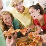 Еда в компании друзей способствует общему счастью